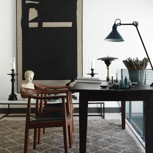 Esempio di un atelier eclettico di medie dimensioni con pareti bianche e scrivania autoportante