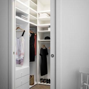 Kleiner, Neutraler Moderner Begehbarer Kleiderschrank mit offenen Schränken, weißen Schränken, Porzellan-Bodenfliesen und grauem Boden in Mailand