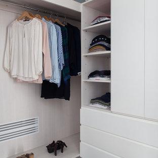 Foto di armadi e cabine armadio per donna contemporanei di medie dimensioni con ante lisce, ante bianche e pavimento in legno massello medio