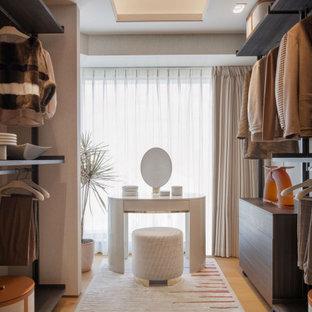 Foto di una cabina armadio contemporanea con nessun'anta, ante in legno bruno, pavimento in legno massello medio, pavimento marrone e soffitto ribassato