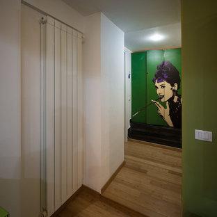 Modelo de armario vestidor unisex, actual, pequeño, con armarios con paneles lisos, puertas de armario verdes y suelo de bambú