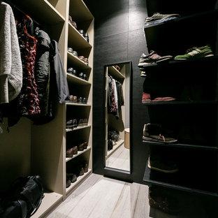 Modelo de armario vestidor unisex, bohemio, extra grande, con armarios abiertos, puertas de armario grises, suelo de madera oscura y suelo gris
