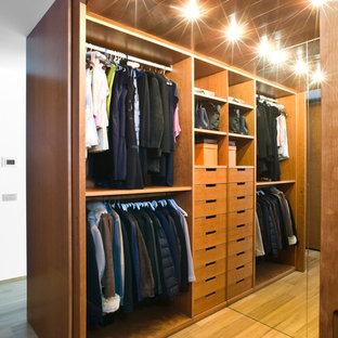 Neutraler, Mittelgroßer Moderner Begehbarer Kleiderschrank mit offenen Schränken, hellbraunen Holzschränken und hellem Holzboden in Mailand
