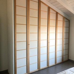 Foto di un grande armadio o armadio a muro unisex etnico con ante in legno chiaro