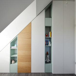 Foto di un piccolo armadio o armadio a muro unisex design con parquet scuro, pavimento grigio, ante lisce e ante bianche
