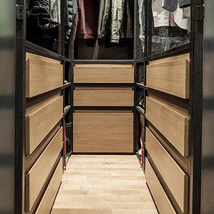 Idéer för ett litet industriellt klädskåp för könsneutrala, med skåp i mellenmörkt trä, ljust trägolv, öppna hyllor och brunt golv