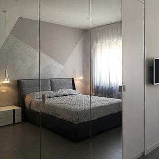 Diseño de armario unisex, moderno, de tamaño medio, con puertas de armario blancas y suelo de madera pintada