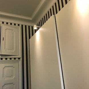 Foto di uno spazio per vestirsi unisex moderno con ante lisce, ante bianche, pavimento in linoleum e pavimento nero