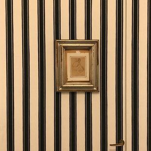 Imagen de armario vestidor de mujer, ecléctico, de tamaño medio, con armarios con paneles lisos, puertas de armario blancas, suelo de madera pintada y suelo negro