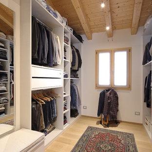 Esempio di una cabina armadio per uomo design con ante bianche, parquet chiaro, pavimento beige e nessun'anta