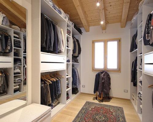 Idee e foto di armadi e cabine armadio - Cabina armadio con finestra ...