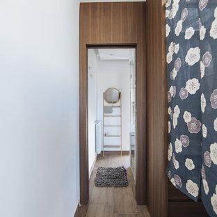 Modelo de armario vestidor unisex, mediterráneo, de tamaño medio, con armarios abiertos, puertas de armario de madera en tonos medios, suelo de madera en tonos medios y suelo marrón