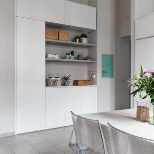 Modelo de armario y vestidor escandinavo, pequeño, con suelo de baldosas de porcelana