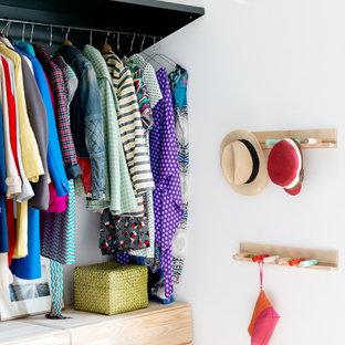 Ejemplo de armario vestidor unisex, industrial, pequeño, con armarios abiertos, suelo de cemento, suelo gris y puertas de armario de madera clara
