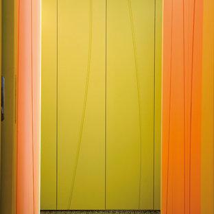 Diseño de armario y vestidor bohemio, de tamaño medio, con armarios con paneles lisos y puertas de armario verdes