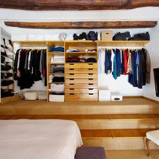 Modelo de armario unisex, bohemio, grande, con armarios abiertos, puertas de armario de madera clara, moqueta y suelo beige