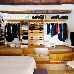 Diseño de armario unisex, ecléctico, grande, con armarios abiertos, puertas de armario de madera clara, moqueta y suelo beige