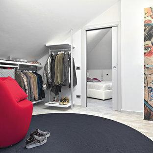 Imagen de vestidor minimalista, grande, con suelo de baldosas de porcelana