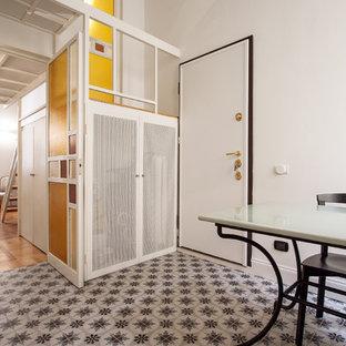 EIngebautes, Mittelgroßes, Neutrales Retro Ankleidezimmer mit flächenbündigen Schrankfronten, weißen Schränken, Porzellan-Bodenfliesen und buntem Boden in Mailand