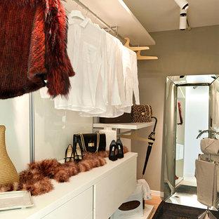 Idee per uno spazio per vestirsi per donna design di medie dimensioni con nessun'anta e ante bianche
