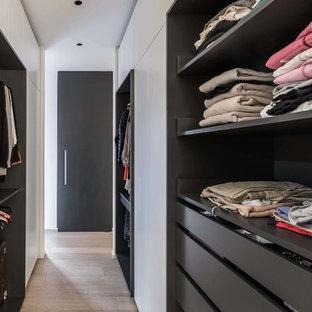 Diseño de armario vestidor de mujer, contemporáneo, de tamaño medio, con armarios abiertos, suelo de madera clara y suelo amarillo