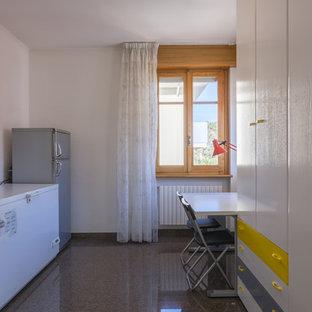 Foto de armario unisex, minimalista, pequeño, con armarios con paneles lisos, puertas de armario blancas, suelo de mármol y suelo negro