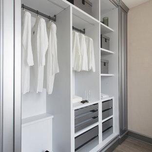 Foto de armario unisex, tradicional, extra grande, con armarios abiertos, puertas de armario blancas y suelo de madera oscura