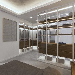Foto de armario vestidor unisex, contemporáneo, de tamaño medio, con armarios tipo vitrina y puertas de armario de madera clara