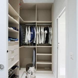 Imagen de armario vestidor unisex, actual, de tamaño medio, con armarios abiertos y puertas de armario beige