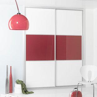 Modelo de armario unisex, contemporáneo, pequeño, con armarios con paneles lisos y puertas de armario rojas