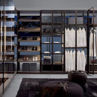 Modelo de armario vestidor de mujer, tradicional renovado, grande, con armarios abiertos y puertas de armario negras