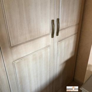 Foto de armario y vestidor unisex, actual, de tamaño medio, con armarios con rebordes decorativos, puertas de armario de madera oscura, suelo de baldosas de cerámica y suelo beige