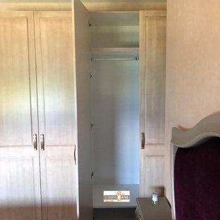 Imagen de armario y vestidor unisex, contemporáneo, de tamaño medio, con armarios con rebordes decorativos, puertas de armario de madera oscura, suelo de baldosas de cerámica y suelo beige