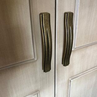 Ejemplo de armario y vestidor unisex, contemporáneo, de tamaño medio, con armarios con rebordes decorativos, puertas de armario de madera oscura, suelo de baldosas de cerámica y suelo beige