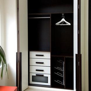 Immagine di un piccolo armadio o armadio a muro unisex minimal con ante lisce, ante bianche e pavimento con piastrelle in ceramica