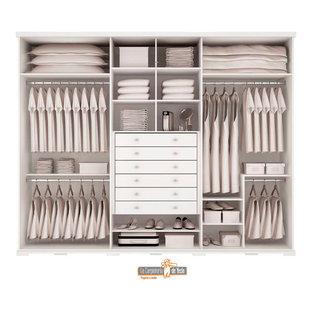 Ispirazione per un armadio incassato per donna mediterraneo di medie dimensioni con ante lisce, ante in legno chiaro, pavimento con piastrelle in ceramica, pavimento beige e soffitto a cassettoni