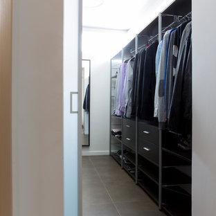Mittelgroßer, Neutraler Klassischer Begehbarer Kleiderschrank mit flächenbündigen Schrankfronten, schwarzen Schränken und Keramikboden in Valencia