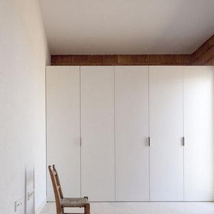 Ejemplo de armario y vestidor mediterráneo pequeño