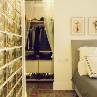 Immagine di una cabina armadio unisex boho chic di medie dimensioni con nessun'anta