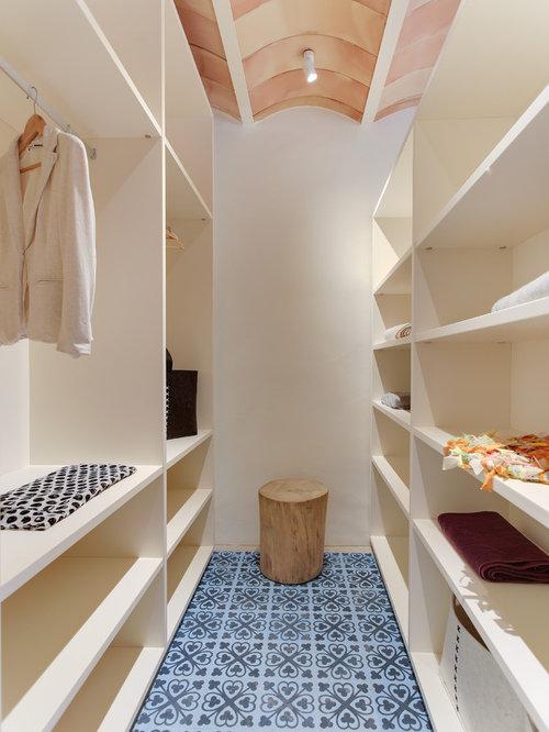 Fesselnd Mittelgroßer, Neutraler Mediterraner Begehbarer Kleiderschrank Mit Offenen  Schränken, Weißen Schränken, Keramikboden Und Blauem