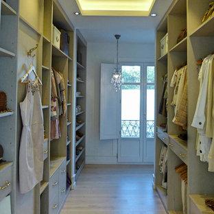 Foto de armario vestidor de mujer, clásico, grande, con armarios abiertos y puertas de armario beige