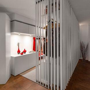 Imagen de armario vestidor unisex, actual, grande, con armarios abiertos y puertas de armario blancas