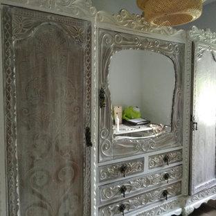Foto de armario vestidor de mujer, campestre, extra grande, con armarios con rebordes decorativos y puertas de armario blancas
