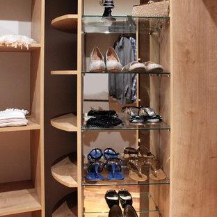 Ejemplo de vestidor de mujer, romántico, grande, con puertas de armario de madera clara y suelo de madera en tonos medios