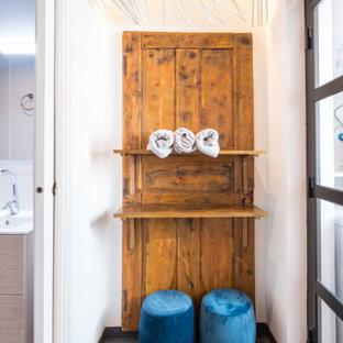Modelo de vestidor de hombre, actual, pequeño, con armarios abiertos, puertas de armario de madera clara, suelo de linóleo y suelo azul