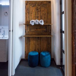 Diseño de vestidor de hombre, actual, pequeño, con armarios abiertos, puertas de armario de madera clara, suelo de linóleo y suelo azul