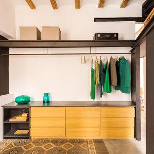 Idéer för ett mellanstort modernt walk-in-closet för könsneutrala, med öppna hyllor, skåp i mellenmörkt trä, betonggolv och flerfärgat golv