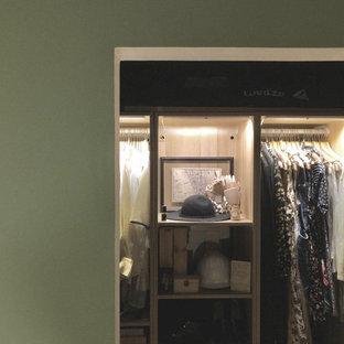 Imagen de armario y vestidor de mujer, tradicional renovado, de tamaño medio, con armarios abiertos y puertas de armario de madera clara
