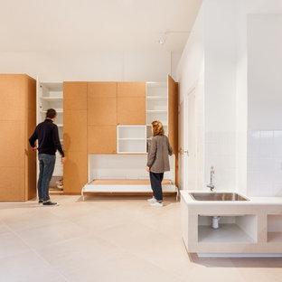 Modelo de armario y vestidor minimalista, grande, con armarios con paneles empotrados, puertas de armario marrones, suelo de baldosas de cerámica y suelo beige
