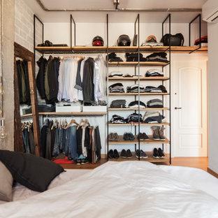 Стильный дизайн: большая гардеробная в стиле лофт с паркетным полом среднего тона - последний тренд